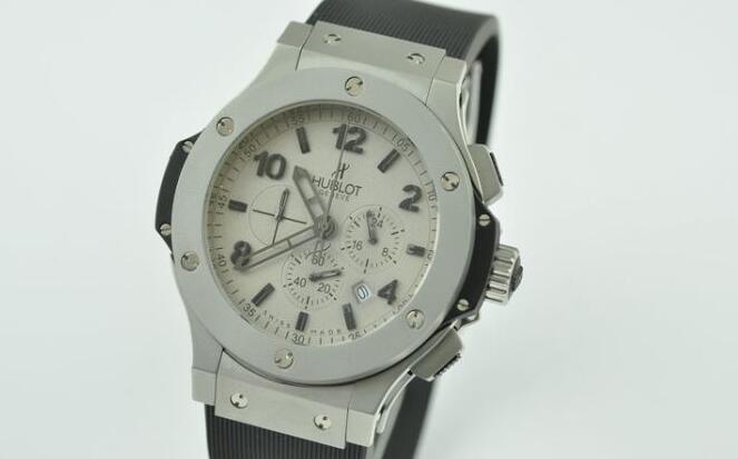 トレンド感抜群のスーパー コピー ウブロ  hublot  サファイヤクリスタル風防 42mm ラバー日本製クオーツ 6針 メンズ腕時計