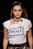 新作入荷正規品オールシーズンスリム英字プリントtシャツ半袖伸縮性女性VERSACEヴェルサーチ スーパー コピー